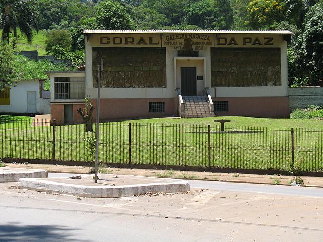 """A Galeria Narciza com sua pintura-mural """"Coral da Paz"""" em foto clicada em 2009"""