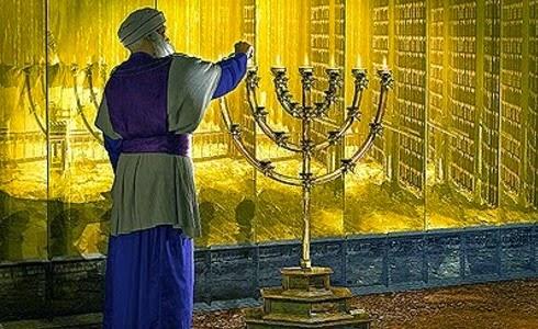 Sacerdote prendiendo el candelabro de oro