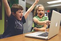 radość dzieci przed komputerem