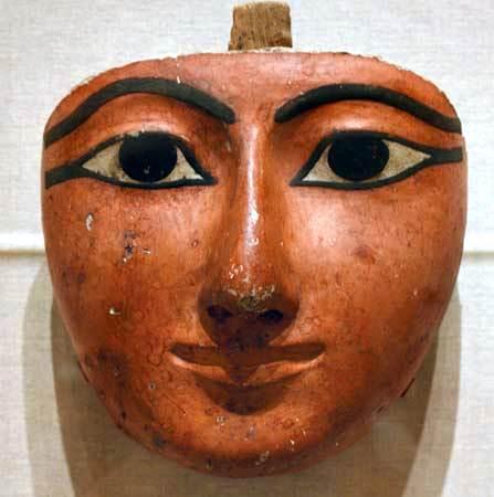 Cara de un ataúd egipcio, madera, gesso y pigmento, probablemente de Tebas, c. 1070-945 aC