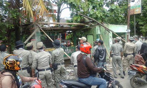Satpol PP Tertibkan Puluhan Bangli Di Kali Licin