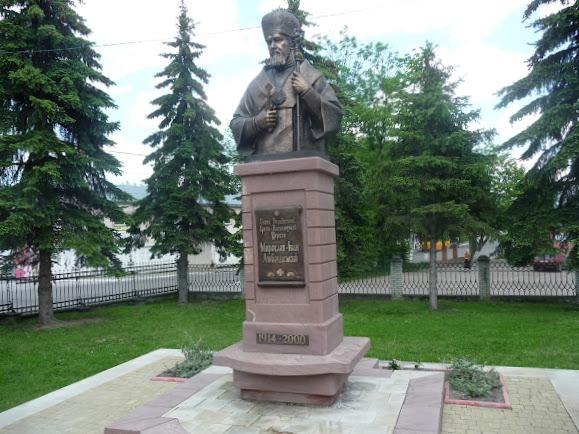 Долина. Пам'ятник Мирославу Любачівському