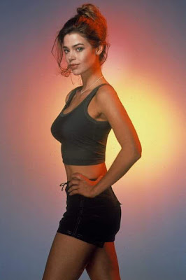 Denise Richard (The World Is Not Enough) pamer buah dada indah dan besra seksi dan super hot