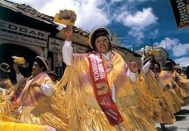 Foto de mujeres con vestimenta de la Morenada en la fiesta de la Virgen de la Candelaria