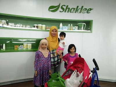 Saya bersama anak-anak di HQ Shaklee, Sunway Pinnacle