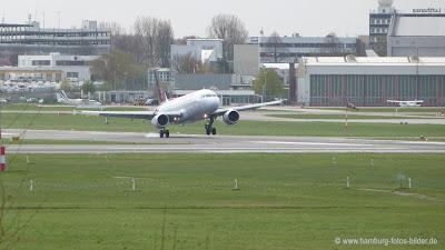 Flugzeug setzt sicher auf Landebahn auf