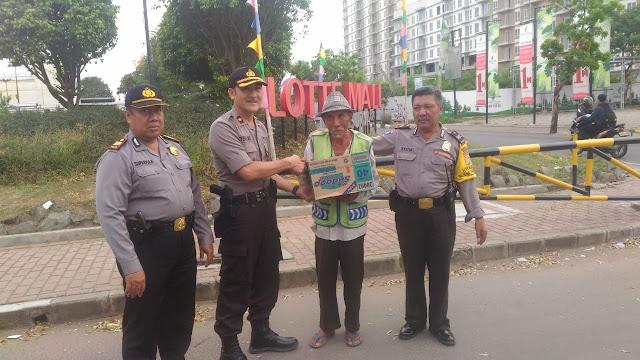 Kapolsek Kalideres Berikan Tali Asih Kepada Kaum Dhuafa di Bulan Ramadhan