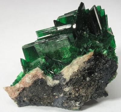 Safir hijau 7 Batu Akik Aneh Mengandung Racun Mematikan