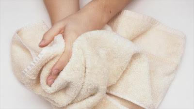 Secado de manos con toalla.
