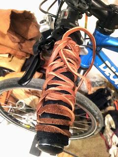 Poignée de vélo en cuir, cousue main, matage en quadrillage à la main. Séchage en cours sur le guidon final
