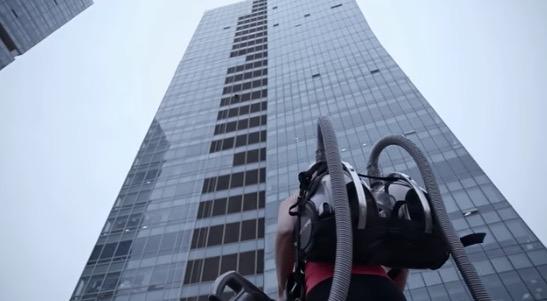 'Spiderwoman' Panjat Bangunan 33 Tingkat Guna Vakum