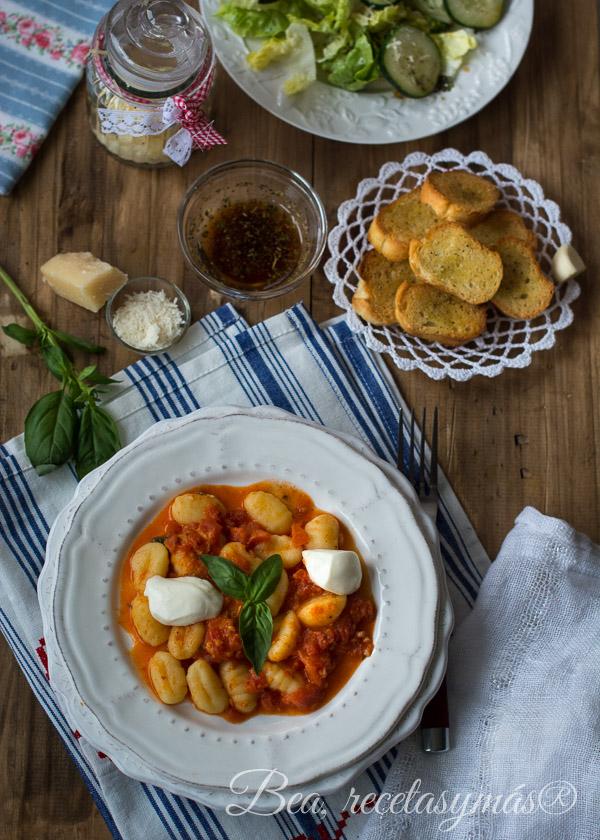 Gnocchi Caprese con pan de ajo y ensalada de pepino