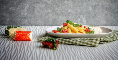 insalata di pasta con pomodorini, basilico e caprini