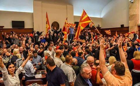 Internationale Kritik nach Erstürmung des Parlaments in Mazedonien