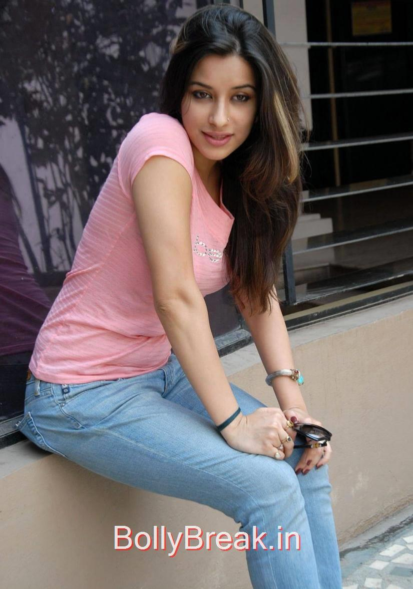 Madhurima Stills, Madhurima Hot Pics in Pink Top, tight Blue Jeans