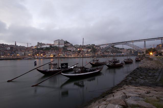 Porto vista da Vila Nova de Gaia e imbarcazioni tipiche con le botti del vino Porto