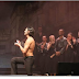 Της έκανε πρόταση γάμου ζωντανά πάνω στη σκηνή του θεάτρου – Οι θεατές ενθουσιάστηκαν (Video)