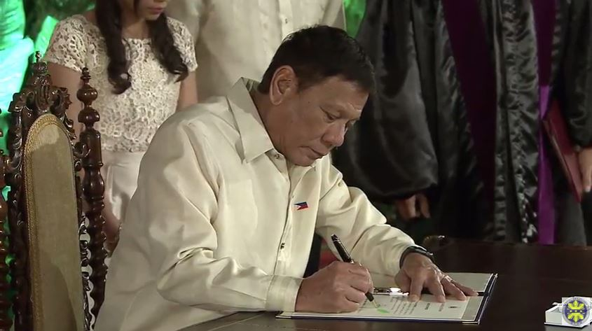 Duterte signed oath of office