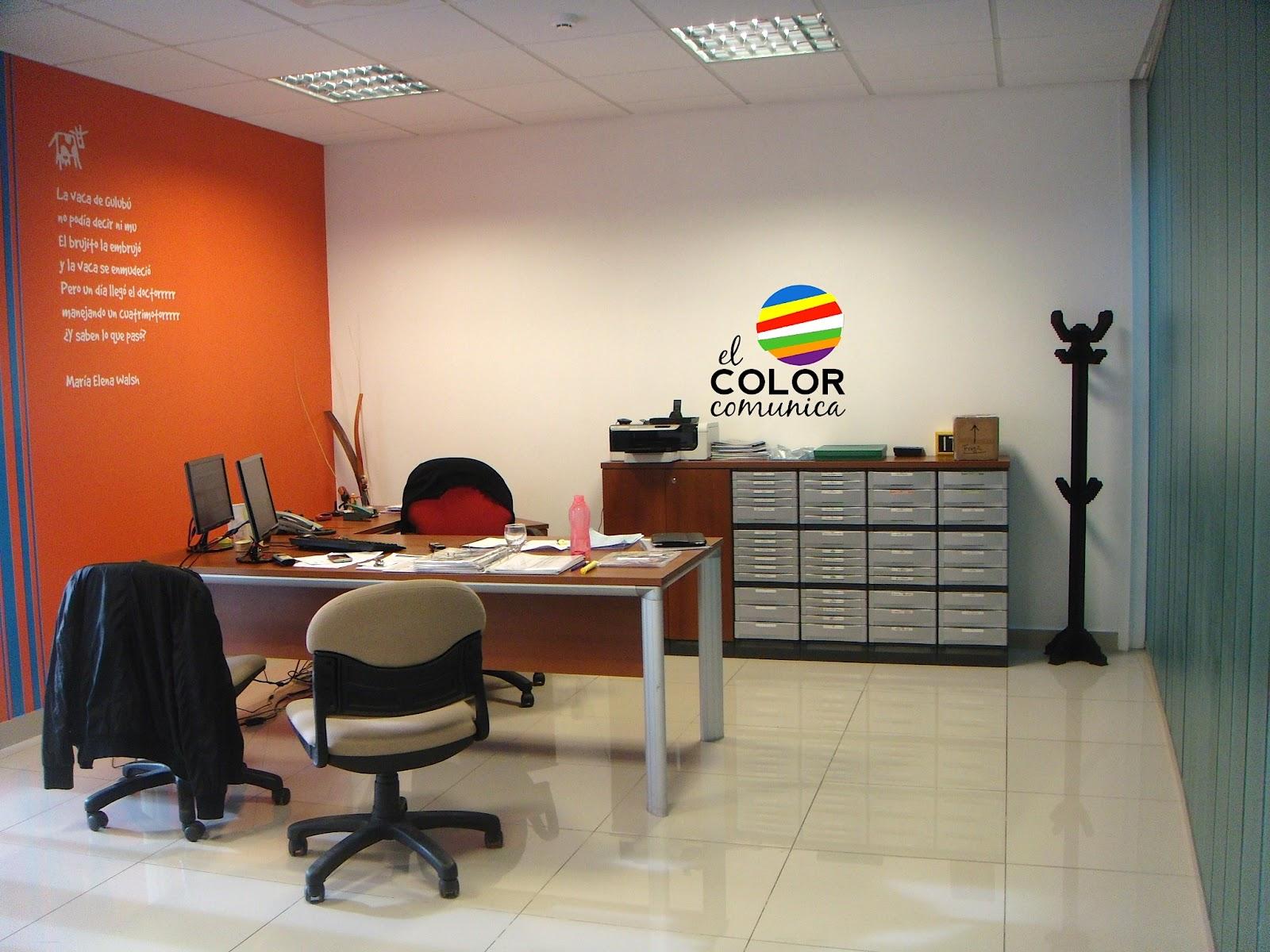 El color comunica colores de la marca plasmados en el for Decoracion de interiores para oficinas