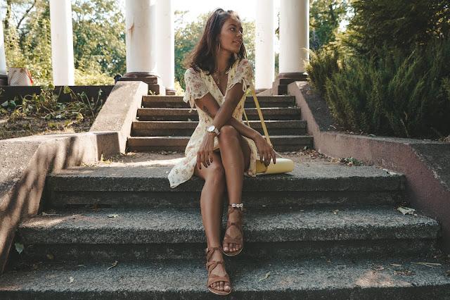 Żółta sukienka w kwiatowy motyw PAULINYE X ORSAY - Czytaj więcej
