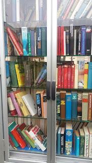 Man sieht einige Bücher