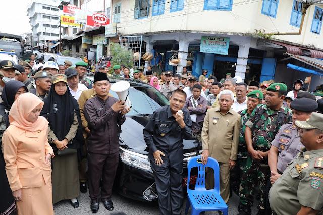 Bupati Asahan Taufan Gama Simatupang saat mengunjungi para pedagang di Pasar Inpres Asahan mengunjungi para pedagang.