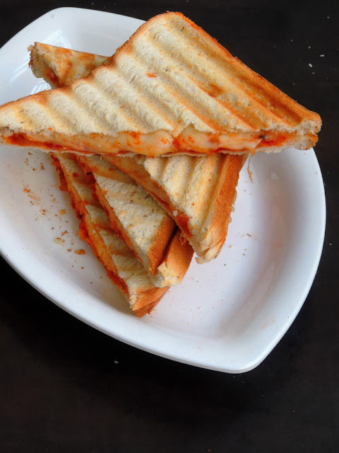 Grilled cheesy pizza sandwich