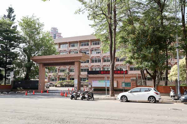 台中南區永興公園石虎溜滑梯好可愛,還有沙坑和體健設施
