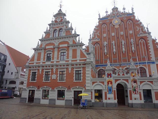 Casa de las Cabezas Negras (Riga) (@mibaulviajero)