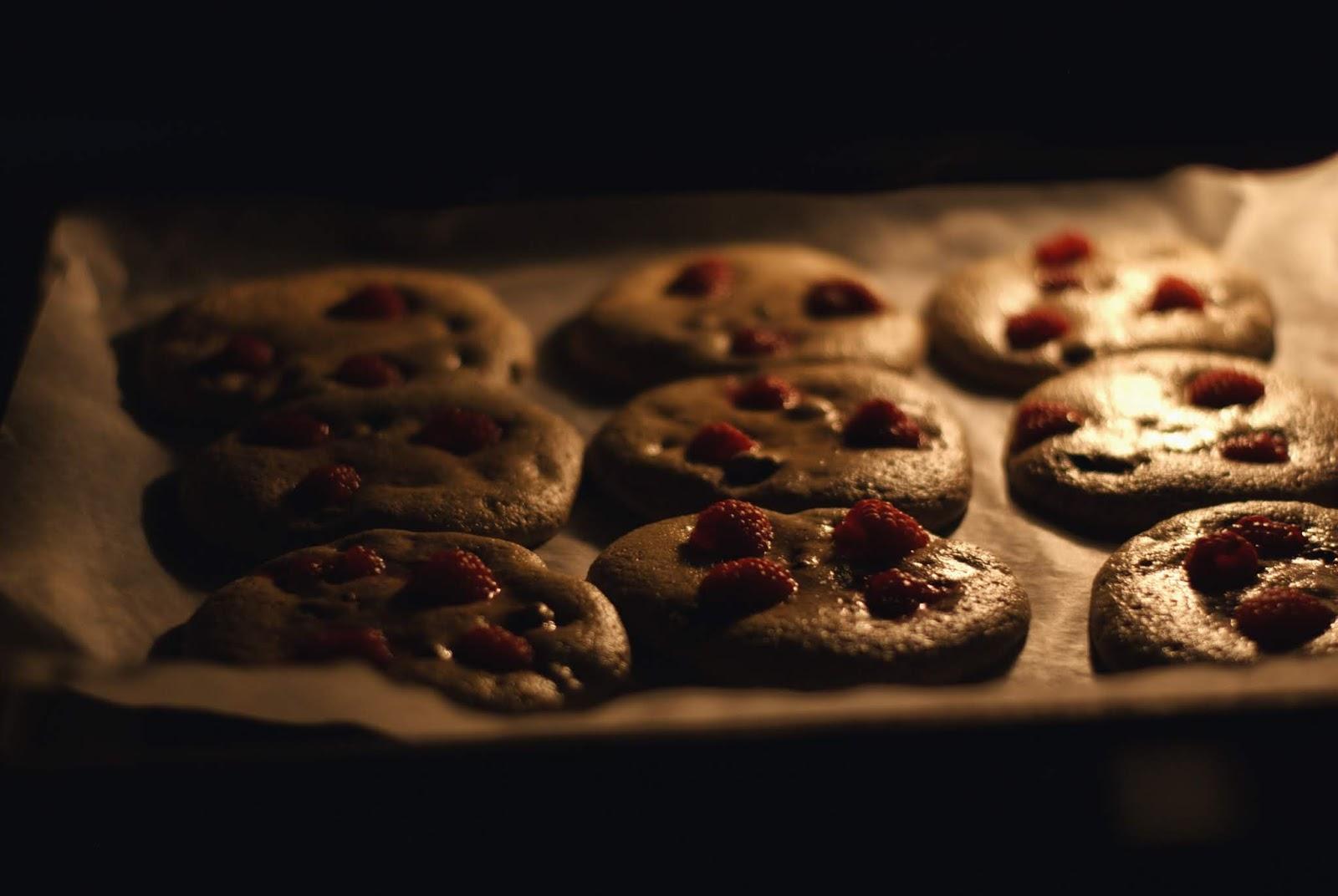 Owsiane ciastka z czekoladą i malinami