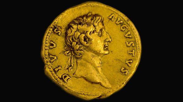Moneda de oro con la imagen del emperador romano Augusto