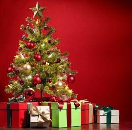 Poemas navideños. Árbol de navidad con adornos y regalos.