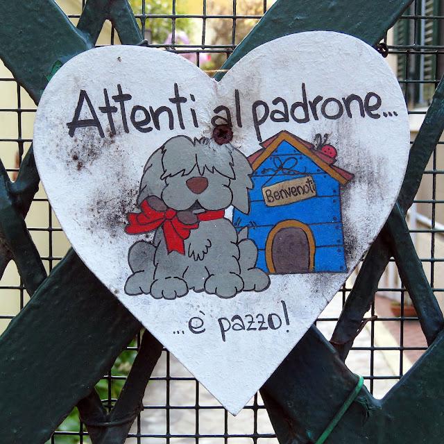 Cartello: attenti al padrone, viale Marconi, Livorno