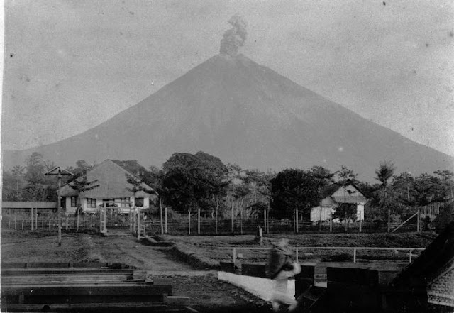 24 Foto Gunung Semeru di Zaman Belanda Dalam Rentan Waktu Tahun 1900-1925
