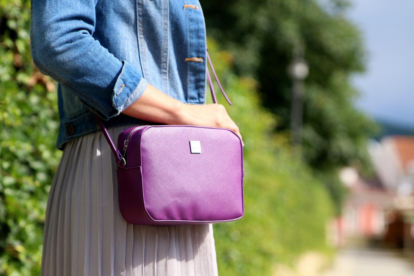šedá plisovaná sukňa s fialovou kabelkou