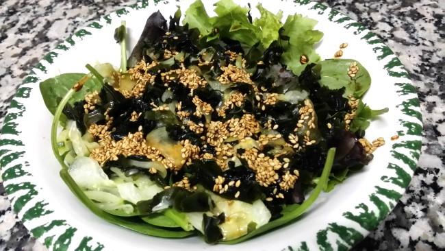Ensalada con pepino y wakame. Aliño con soja y sésamo