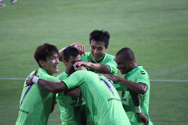 Jeonbuk Hyundai Motors players rush over to congratulate Lopes for his role in Leonardo's second goal (Photo Credit: Howard Cheng)