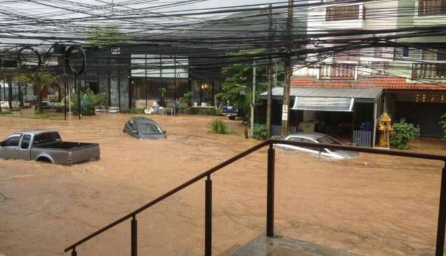 Машины едут по затопленным дорогам в Таиланде