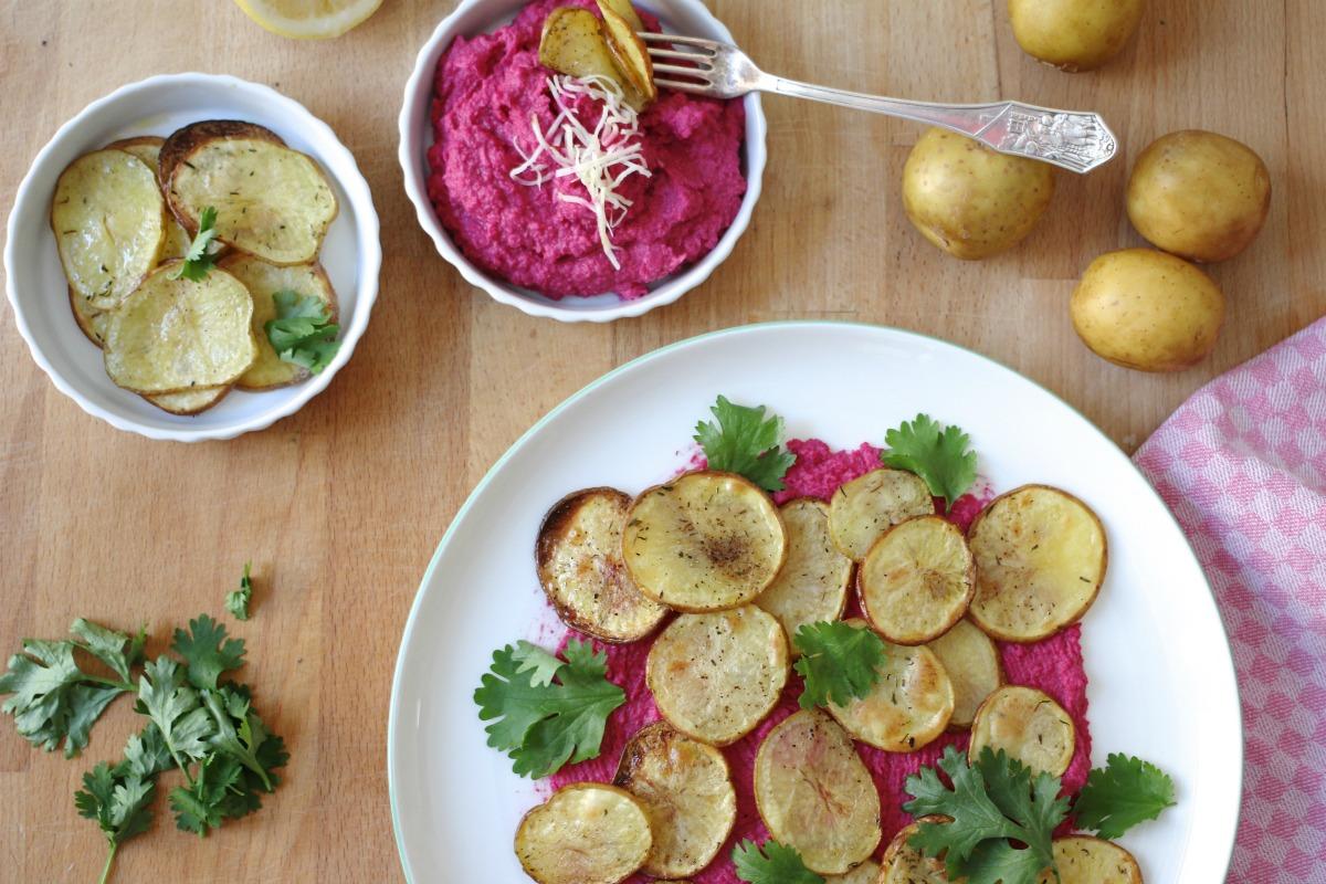 Rote Rüben Hummus mit Kartoffelchips