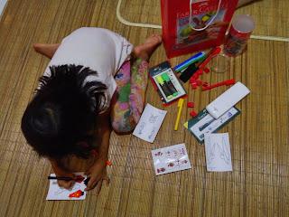 "Falda sedang asyik dengan ""mainan""nya"
