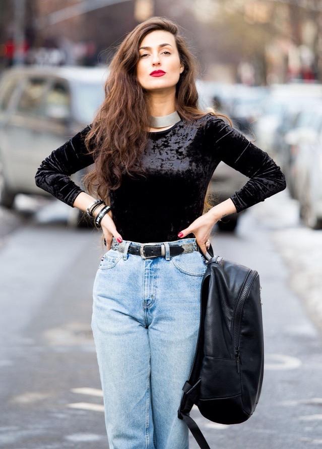 852c3f1cd965a Indossate lo zaino solo su una spalla e accostatelo ad un jeans a vita alta  e camicia per un look in perfetto stile anni  90 ma di grande tendenza.