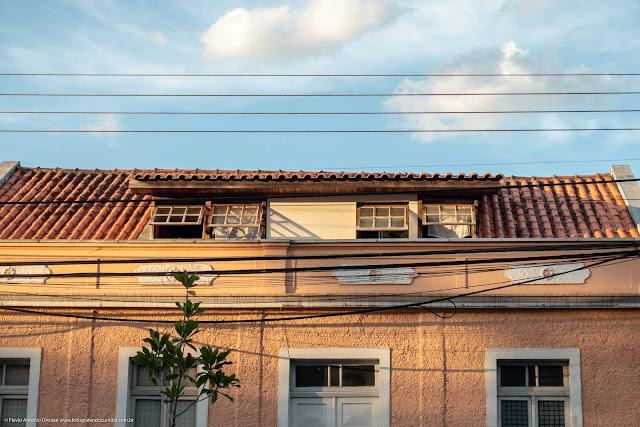 Casa na Rua Inácio Lustosa, detalhe janelas mansarda e decoração da platibanda
