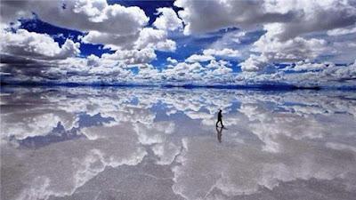 Dataran garam di Bolivia membuatnya tampak seperti dia berjalan di atas air