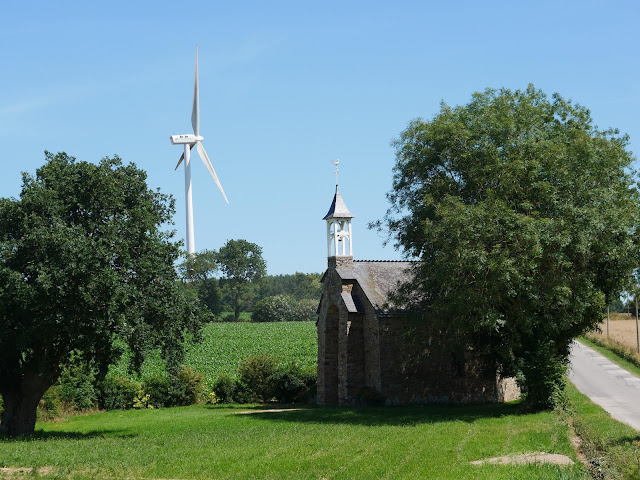 Petite chapelle du XVième siècle au bord d'une route, le clocher est récemment restauré et joli