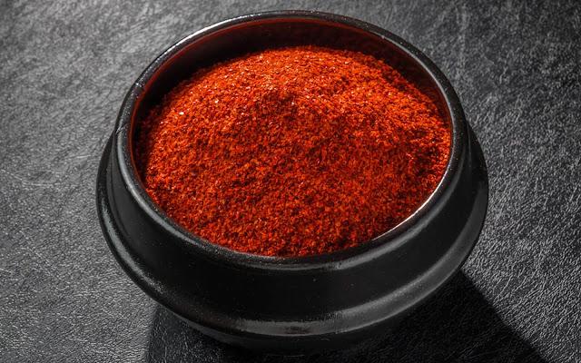 Nếu bạn đã từng ăn kim chi thì chắc hẳn bạn sẽ quen thuộc với loại gia vị này. Bột ớt gochugaru là một loại bột ớt đặc biệt của Hàn, là ớt khô được xay nhuyễn thành bột mịn hoặc bột nghiền thành miếng nhỏ.
