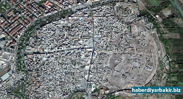 DİYARBAKIR-PKK'lilerin barikat kurup, çukur kazmasının ardından meydana gelen çatışmalar ve ardından ilan edilen sokağa çıkma yasağı ile uzun süre gündemden düşmeyen Diyarbakır'ın Sur ilçesinin görüntüleri 'Google Erath'ta güncellendi.