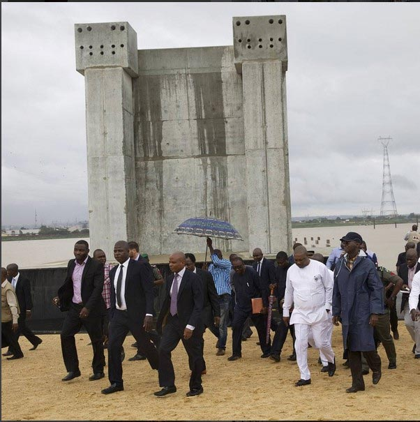 Minister of Power Fashola visits Nnamdi Azikiwe burial site in Onitsha