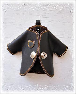llaveros con forma de abrigo hechos en cuero