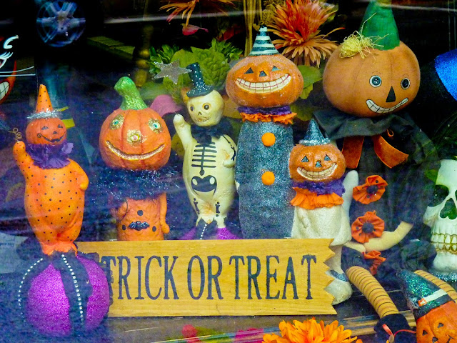 Escaparate de Halloween con la frase Trick or Treat en Saranac en el Estado de Nueva York