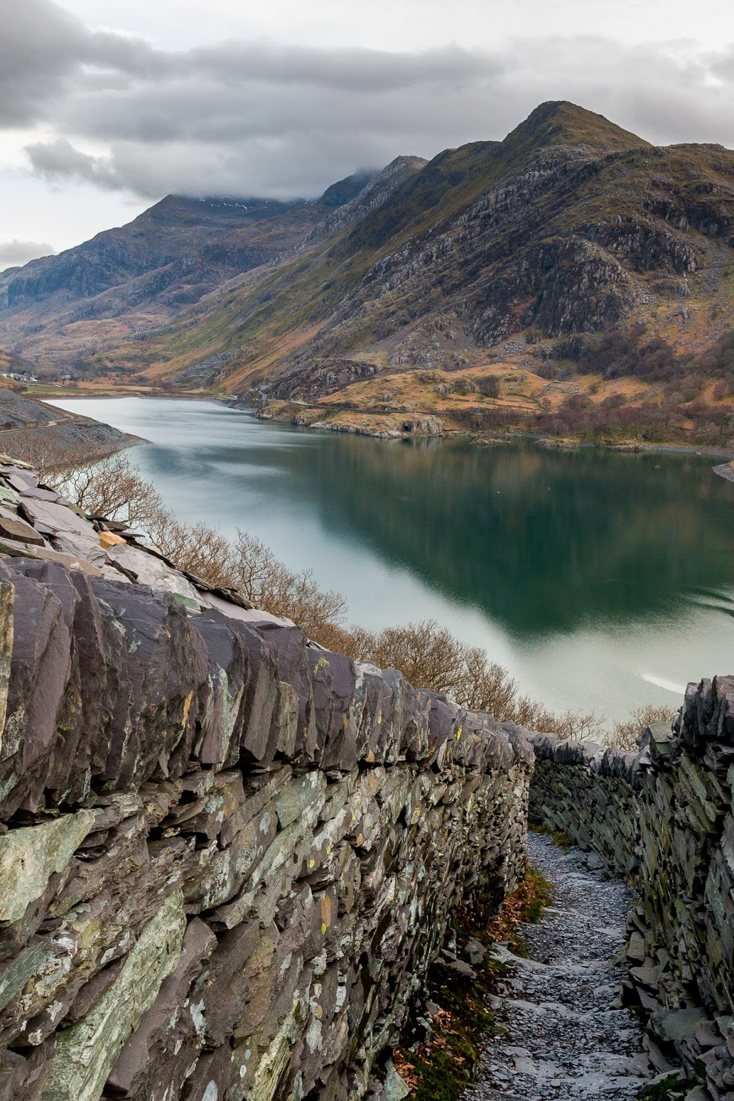 Looking for an awesome and easy hike in Snowdonia? A walk to the Dinorwig Quarry close to Llanberis is the perfect way to see epic landscapes!